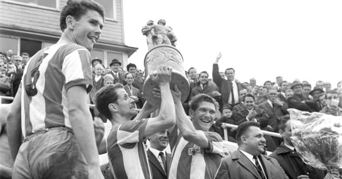 Union-Kapitän Ulrich Prüfke (Mitte) und Ralph Quest halten die den FDGB-Pokal ihren Anhängern entgegen. Links: Verteidiger Wolfgang Wruck, Quelle: Bundesarchiv, Bild 183-G0612-0203-003 / Schaar, Helmut / CC-BY-SA 3.0