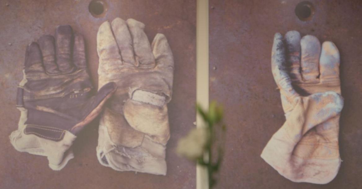 """Stadionbauer-Handschuhe in der Ausstellung """"Bilder aus der Alten Försterei"""", Bild via AFTV"""